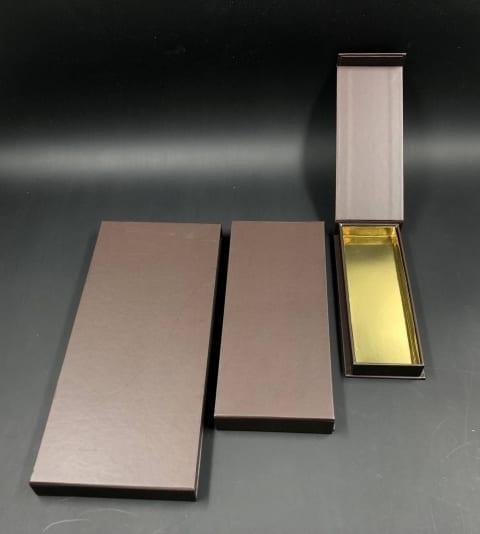 קופסת לוקס מגנטית נמוכה לפרלינים 62/180/18 - חום
