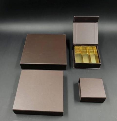 קופסת לוקס מגנטית ל-3 שורות פרלינים 95/95/30 - חום